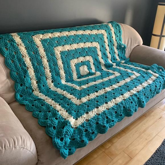 Vintage Crocheted Scalloped Granny Blanket
